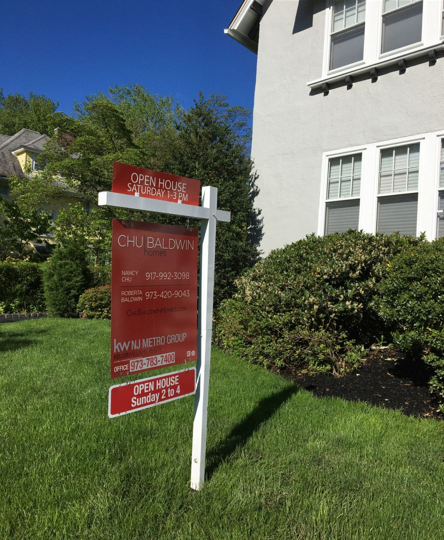 Photo showing a house for sale sign